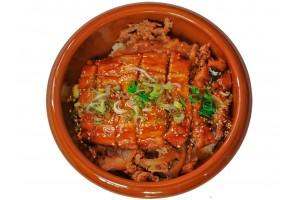 Unagi mit Rindfleisch auf Reis. liefer