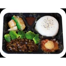 Gebratenes Rindfleisch auf Reis und Gemüse in Schwarzpfeffersoße