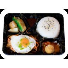 Gebratenes Rindfleisch auf Reis und Gemüse in hausgemachter Chillisoße (Liefer.)