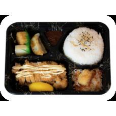 Panierte Schweinestreifen auf Reis mit frittierten Kartoffeln in Currysoße (Liefer.)