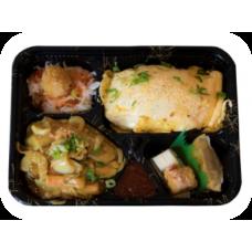 Gebratener Reis unter Omelette mit verschiedenen gebratenen Meeresfrüchte (Liefer.)