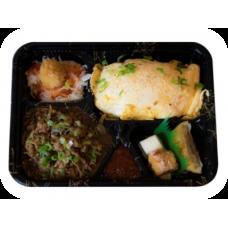 Gebratener Reis unter Omelette mit gebratenem Rindfleisch (Liefer.)