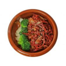 Gebratene Rinderzunge mit Schwarzpfeffersoße auf Reis. Liefer